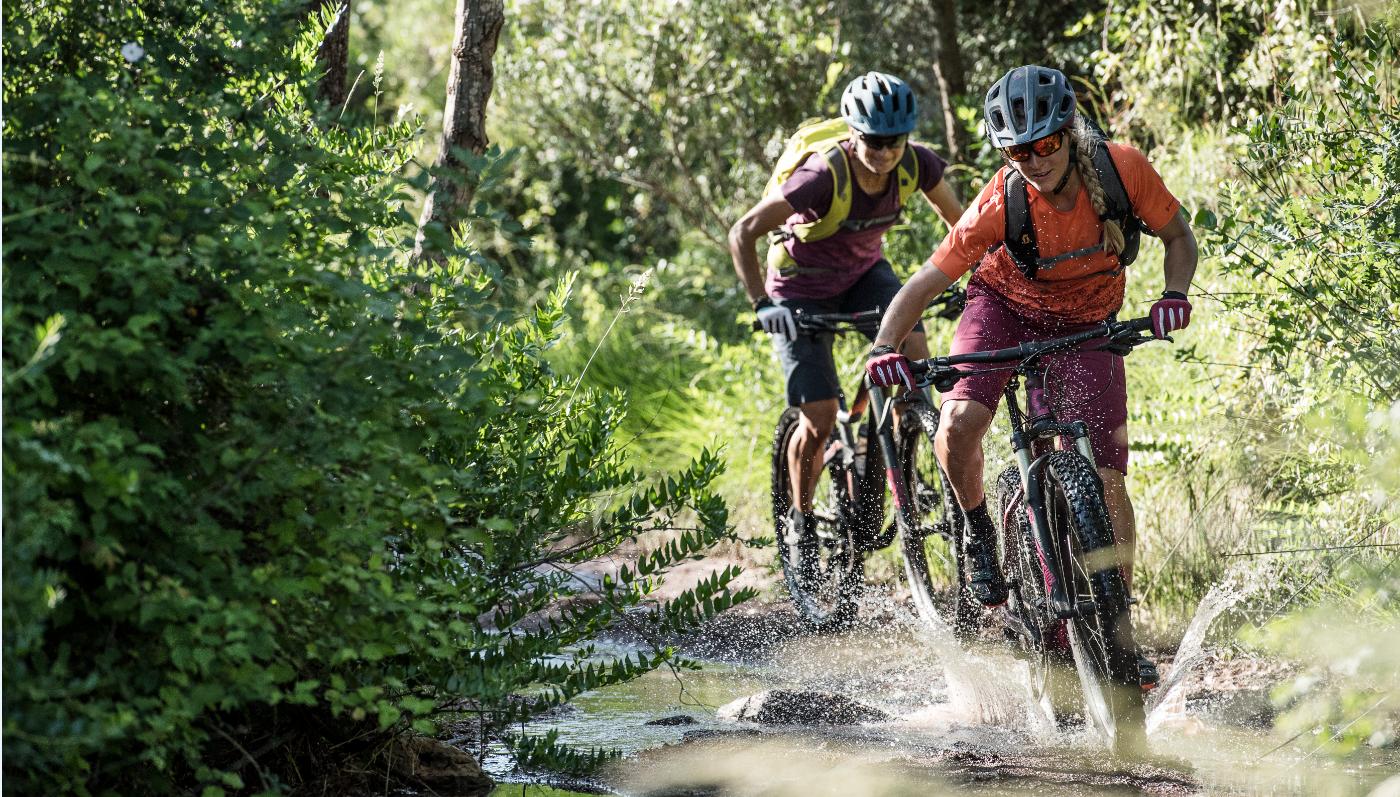 Vrouwen fietsend op mountainbikes