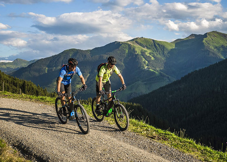 Afbeelding 2 springende mountainbiker