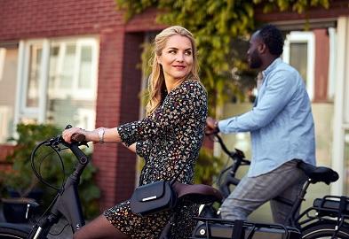 Dame op elektrische fiets