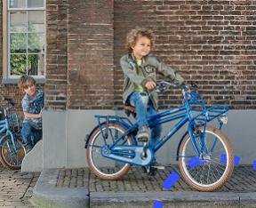 Jongens fietsen